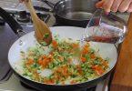 野菜を炒めるとき、料理はしばしば乾燥させ、野菜の栄養水量が蒸発させるので、野菜の栄養を保持するために鍋が暑いとき、あなたは水のさじ2~3杯を追加するべきです。2