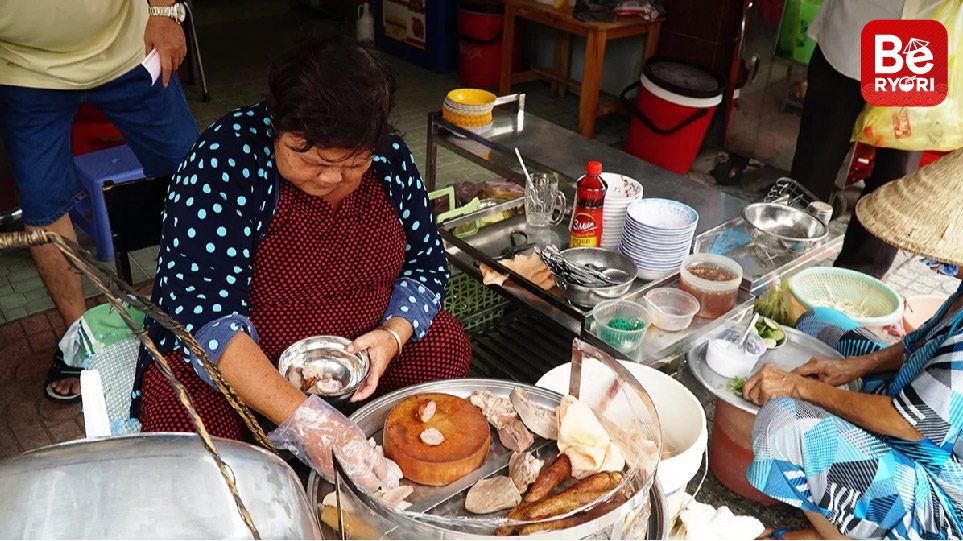 Co GiangにおけるBa Ut店の豚の内臓入り粥(チャオロン)1