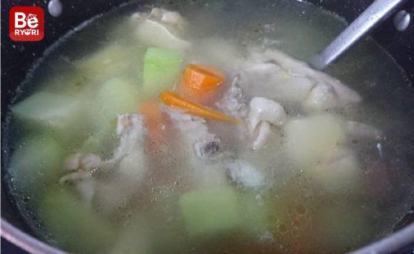 鶏肉と塊茎のスープ