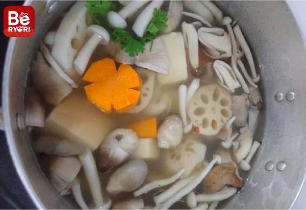 レンコン入りミックスキノコのベジタリアンスープ
